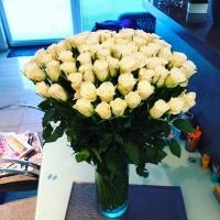 Bílá kytice růží ve váze