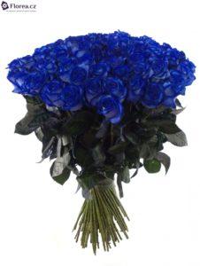 Kytice modrých růží - 100 růží v Praze