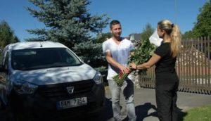 Předání květin v Praze - vyškolení poslíčci obdarovanému předají růže