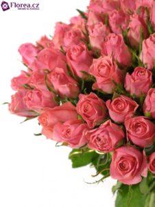 100 růžových růží v kytici